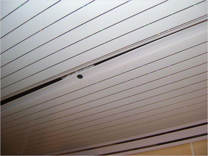 Чем клеить панели пвх в ванной на потолок