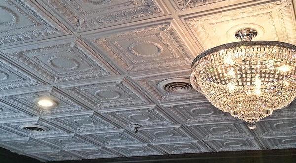 как клеить плитку на потолок из пенопласта